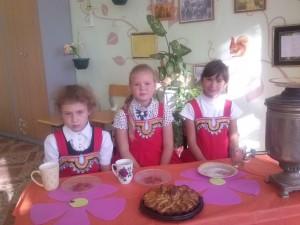 три девицы за столом